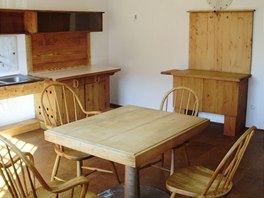 Kuchyňská linka s jídelním stolem a židlemi podle návrhu architekta