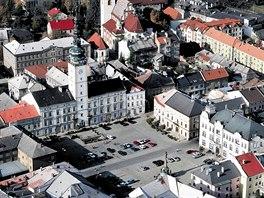 Náměstí v Litovli s věží radnice, pod kterou protéká jedno z ramen Moravy. Věž...