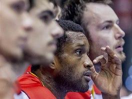 Corey Muirhead na lavičce basketbalových Pardubic