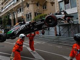 Zničený vůz Sergia Pereze z Force India.