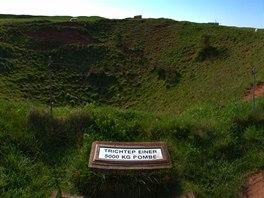 Kráter po cvičném bombardování ostrova britským letectvem