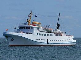 Naše loď Funny Girl kotví nedaleko přístavu na Helgolandu.