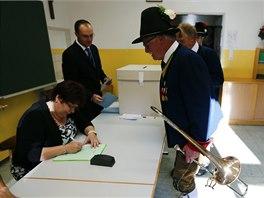 V rakouském městečku Thaur někteří přišli k evropským volbám v tradičních
