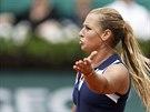 �O TO BOLO? Slovensk� tenistka Dominika Cibulkov� se roz�iluje v utk�n� 3. kola Roland Garros.