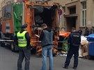 Padesátiletý muž si ustlal v Holešovicích v kontejneru na papír, popeláři ho...