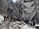 Barelové bomby mají devastující následky. Na snímku záchranáři pátrají po...