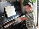 Lukášův mladší bratr Vojta poctivě trénuje na klavír i se zlomenou rukou.
