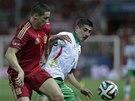 BOJ O M��. Fernando Torres (vlevo) a Ronald Equino se perou v p��pravn�m z�pase