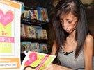 Lizzie Velasquezová píše motivační knihy.
