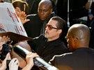 Brad Pitt ochotně rozdával autogramy, když se na něj Seďuk vrhl.