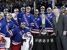 Hokejisté New York Rangers pózují s Prince of Wales Trophy pro vítěze Východní...