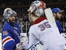 Brankář Henrik Lundqvist (vlevo) z NY Rangers přijímá gratulaci od svého...