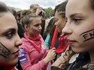Nápisy na tvářích francouzských studentek říkají, co si myslí o vítězství...