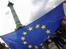 Francouzští studenti s vlajkou EU u Červencového sloupu na náměstí Bastily v...