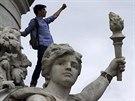 Francouzský student na soše provolává hesla proti vítězství krajní pravice...