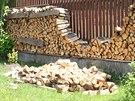 Sobotní zemětřesení na Chebsku vysypalo v Kraslicích dřevo srovnané u plotu.