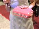 Multifunkční kabelka Sandry Parmové, do níž se vejdou i partnerovy věci.