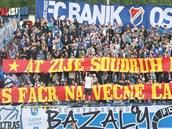 Jeden z četných transparentů fanoušků Baníku Ostrava a Slavie Praha. (31....