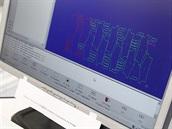 Pleas: Robotický řezač je CNC zařízení, tedy stroj ovládaný počítačem. Obsluha...