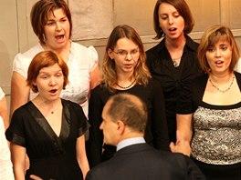 Členky pěveckého souboru Adash spojuje zájem o hebrejštinu. Dohromady se daly v kurzu Hebrejština písněmi, jejž na Ostravské univerzitě vytvořil docent Tomáš Novotný.