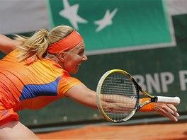Ruská tenistka Světlana Kuzněcovová pouští raketu v souboji s Petrou Kvitovou.