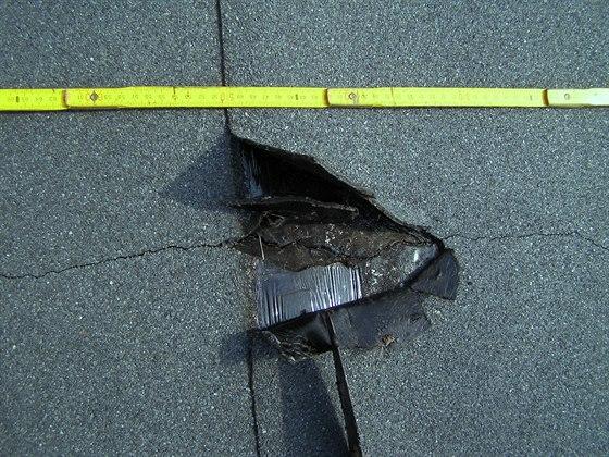 Obrázek 3 Přetržený oxidovaný asfaltový pás se skleněnou rohoží V60, shora s...