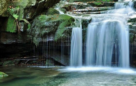 Říčka Satina pod beskydskou Lysou horou vytváří kaskádu splavů a malých vodopádů