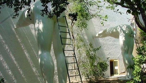 V zahrad� galerie Futura na Sm�chov� jsou instalov�ny p�timetrov� sochy Davida