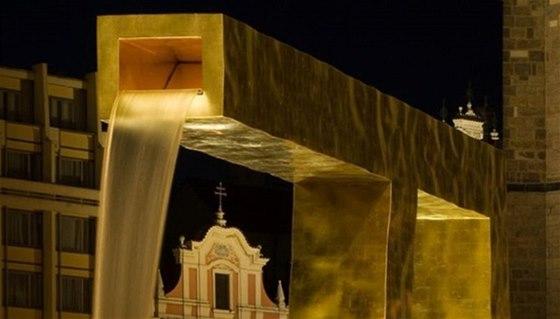 Moderní zlaté kašny na náměstí Republiky