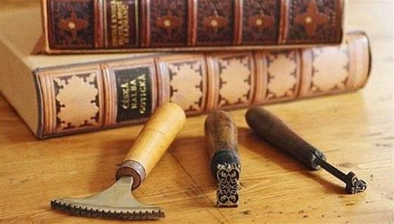 V kniha�sk� d�ln� v Ro��alovic�ch si sv�ete knihu podle vlastn�ho n�vrhu