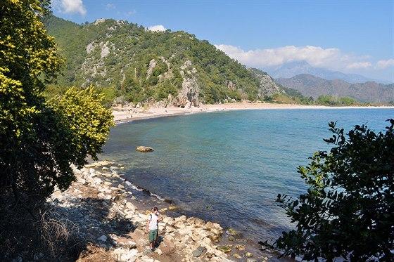 Pobřeží varcheologickém areálu Olympos u Antalye (Turecko)