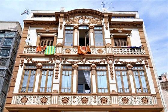 Mnoho ze stovek secesních a modernistických fasád vMelille je dílem Gaudího...