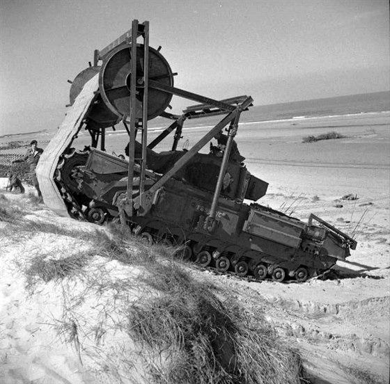 Churchill AVRE se soupravou umělé vozovky Bobbin