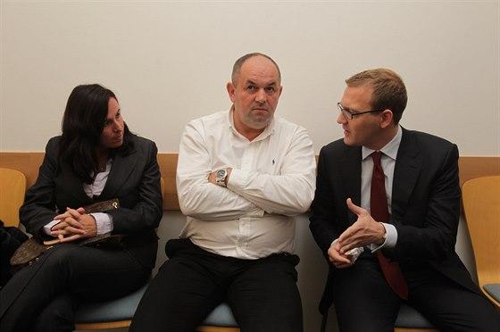 Sv�dci �ekaj� na zah�jen� soudn�ho p�el��en�. Zleva: ��fka komise rozhod��ch...