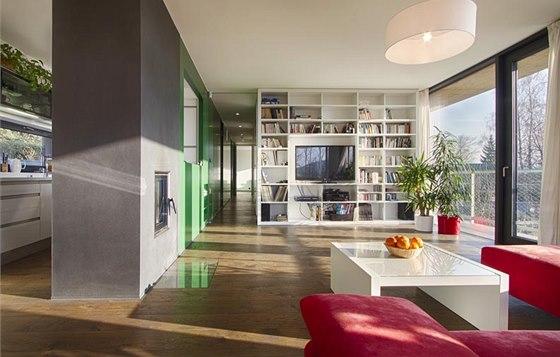 Dubov� podlaha proch�z� do lo�nice, pracovny a dal��ch m�stnost� (s v�jimkou