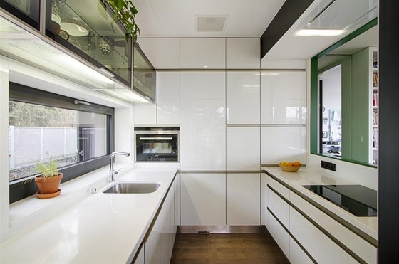 Kuchy� je um�st�na u severn� fas�dy domu. Linka byla vyrobena na m�ru z