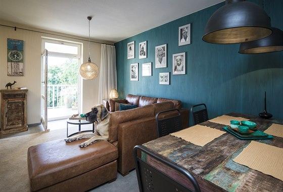 Byt manželů: V obývacím pokoji je z praktického hlediska použitá dlažba, kterou