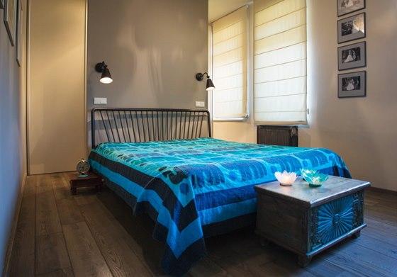 Byt manželů: ložnice manželů je poměrně úzká, proto se v její zadní části