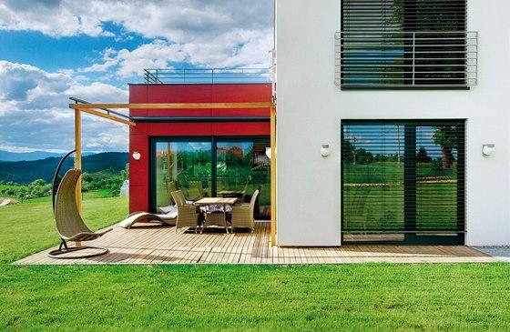 Příjemná terasa umístěná v zádveří domu je v teplém období roku obytným...