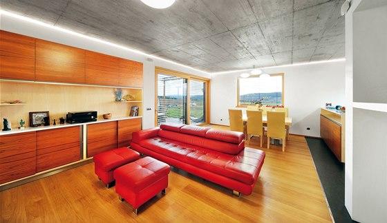 Obývací stěna je umístěna v nice. Pohodlně se v ní uskladní média, dokumenty a
