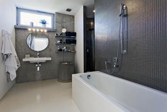 V koupelně se pohledový beton setkává s polyuretanovou stěrkou a mozaikou s