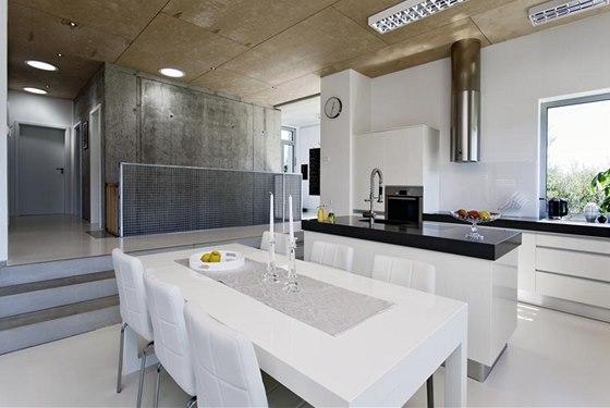 Společná obývací část domu tvoří spolu se zádveřím, schodištěm do suterénu a