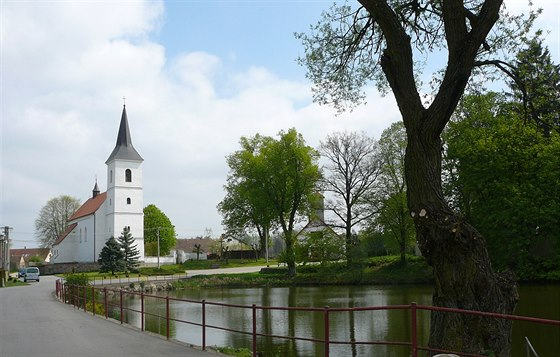 Náves jako z Ladových obrázků – rybník, vrba, kostel, zbrojnice…