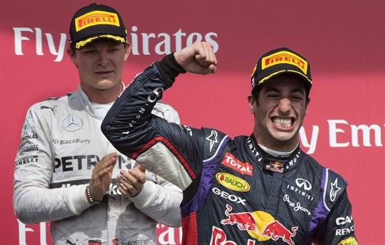 Daniel Ricciardo oslavuje na stupních vítězů triumf ve Velké ceně Kanady.