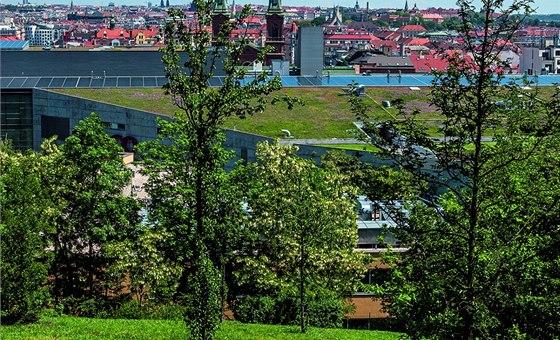 Sacre Coeur. Park najdete za obchodním centrem Nový Smíchov v místě bývalé zahrady konventu a penzionátu dam Srdce Ježíšova u kostela Pána Ježíše.