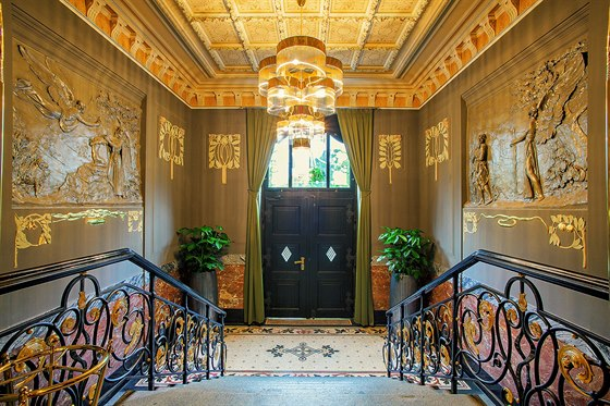 Vstupní hala s centrálním schodištěm je zdobena reliéfy biblických motivů i...