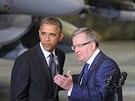 Barack Obama a polský prezident Bronislaw Komorowsi na vojenském letišti ve...