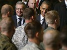 Barack Obama a polský prezident Bronislaw Komorowsi zdraví americké a polské...