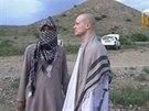 Z�b�r z videa, na kter�m je zachyceno p�ed�n� americk�ho voj�ka Bowe Bergdahla