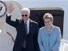 Americký viceprezident Joe Biden s manželkou Jill po přistání v Kyjevě, kam...